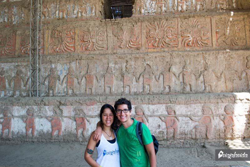 Figuras talladas y pintadas en la gran pared escalonada.