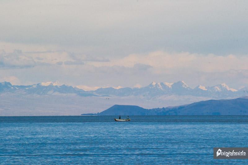 Navegando sobre el Lago Titicaca.