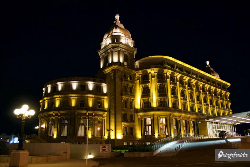Hotel Carrasco en la noche.