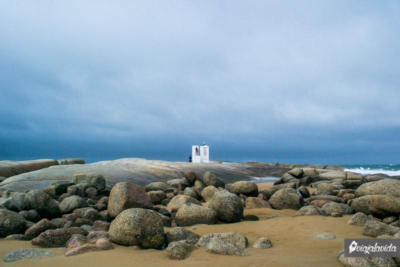 Monumento sobre las rocas.