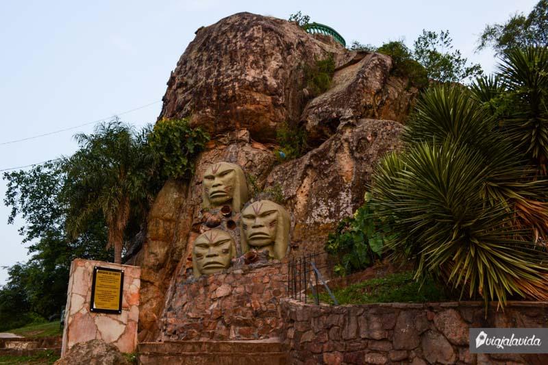 Escultura de indígenas en Tobatí.