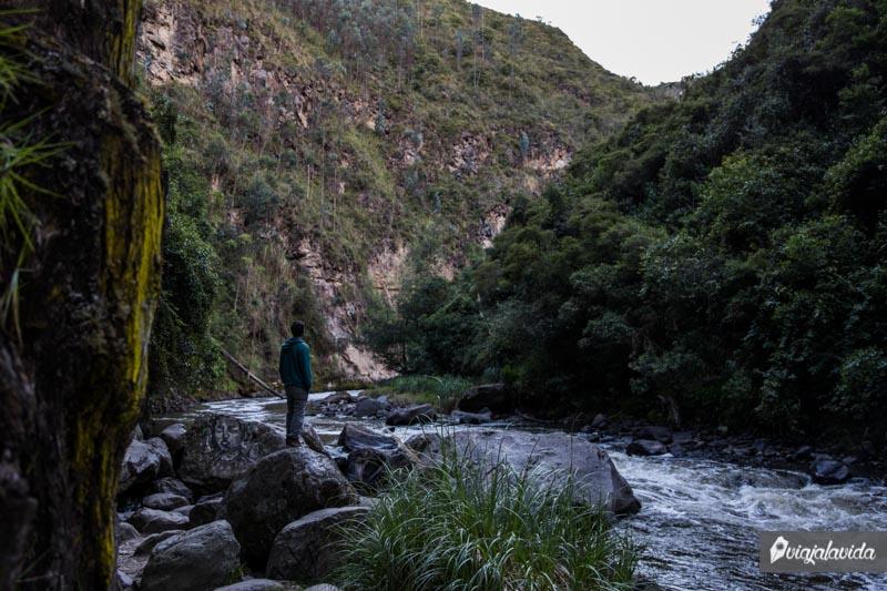 De pie sobre el río en Las Lajas.