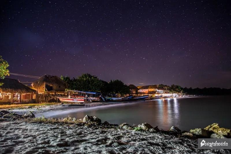 Pueblo de la costa colombiana durante la noche.