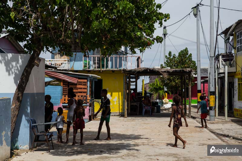 Niños jugando en el Islote Santa Cruz.