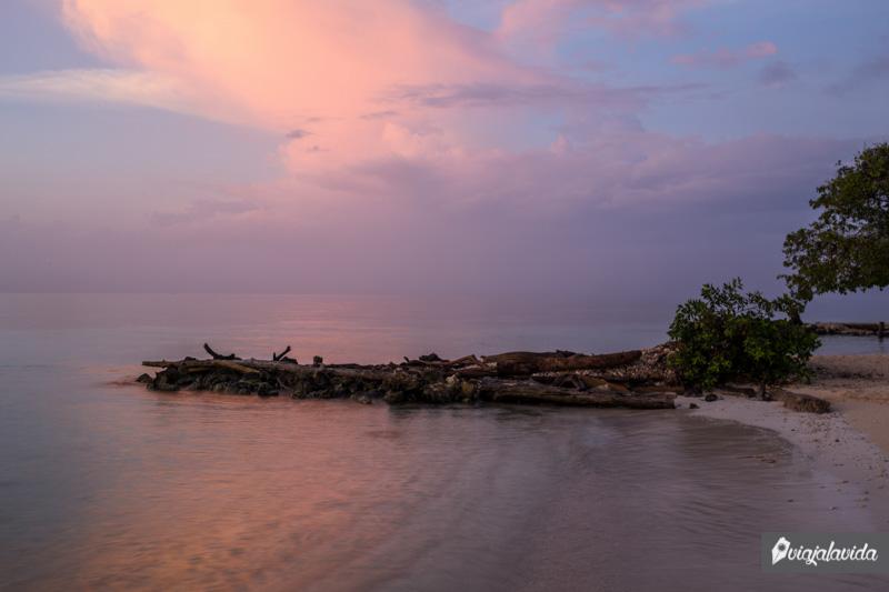 Amanecer en la playa de Colombia.