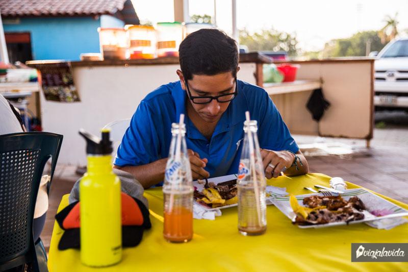 Probando comida local en Managua, Nicaragua.