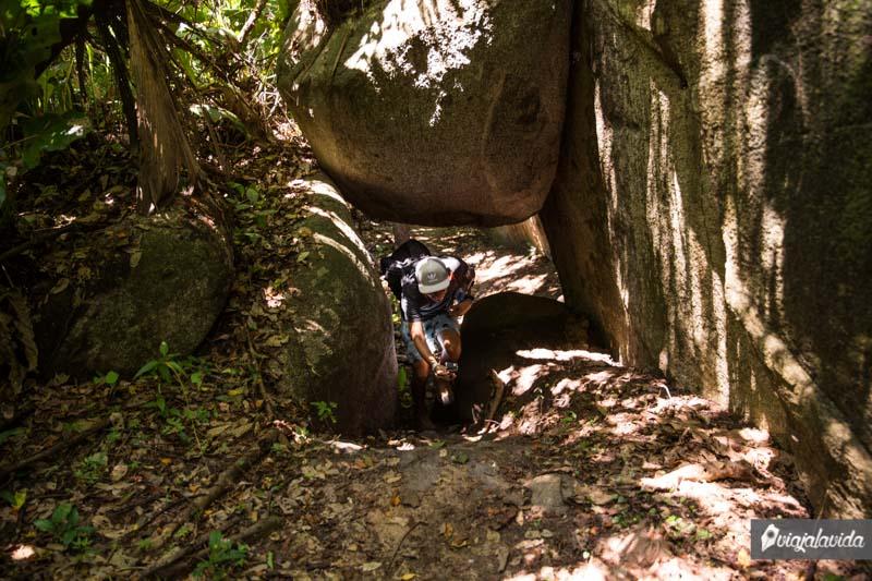 Bajo enormes rocas.