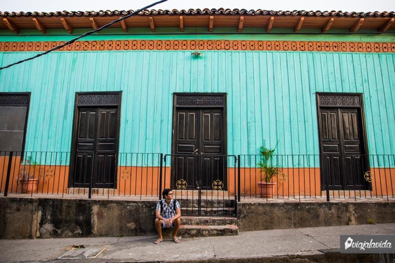 Casa colorida en Amapala, Honduras.