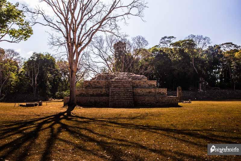 El sol sobe las ruinas Mayas.