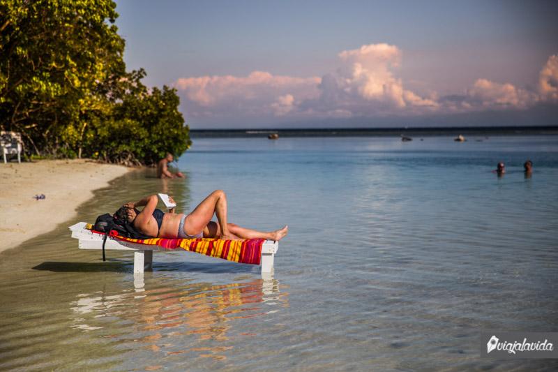 Leyendo un libro en las playas de Honduras.