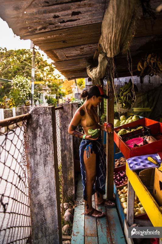 Comprando frutas en Útila.