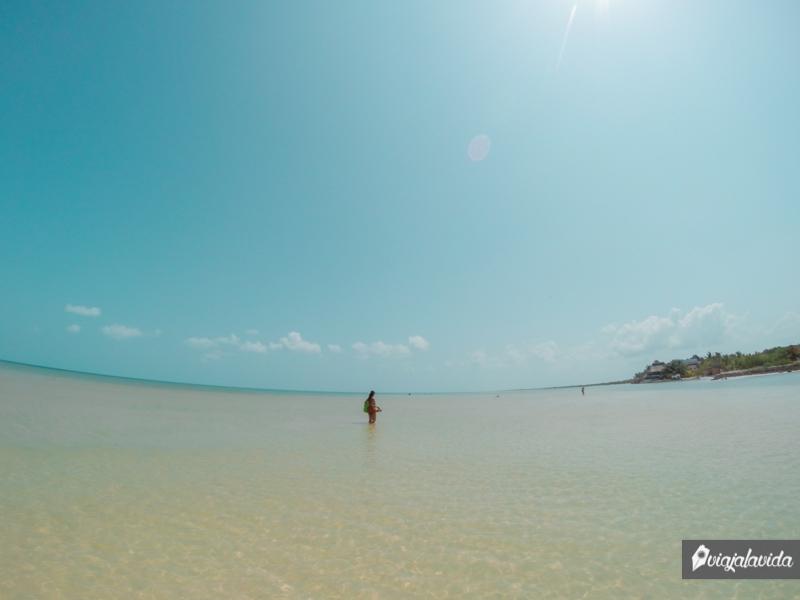 Caminando dentro del mar en México.