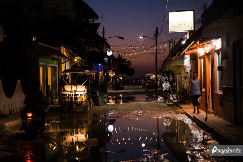 Cuando la noche cae en las calles de Holbox.