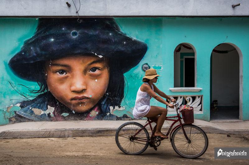 Mural con la mirada penetrante de una niña.