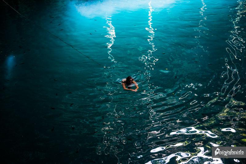 Nadando en un cenote.
