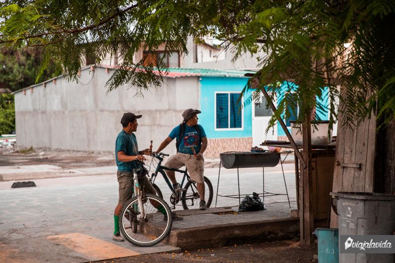 Saliéndose de las rutas turísticas en Isabela, Galápagos