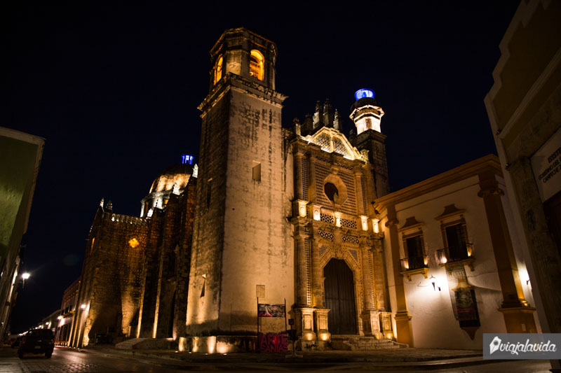 Templo de San José iluminado en la noche, Campeche.