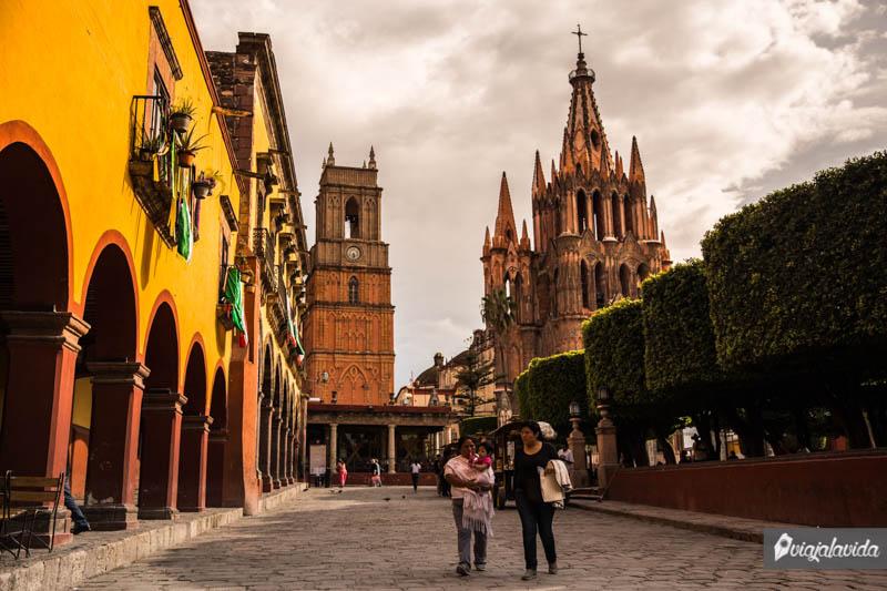A un lado del Jardín Allende, en el centro