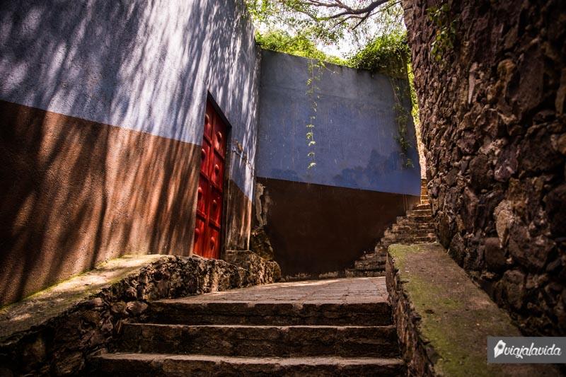 Escaleras en un callejón estrecho