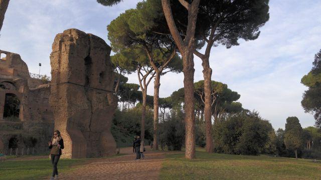 Turistas paseando en el Monte Palatino.