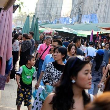 Apesar de ser lotado, o atendimento é rápido, pois os tailandeses não perdem uma venda!