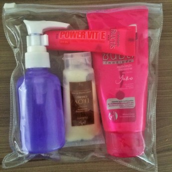 Embalagens compactas são a chave para viajar leve. Aí tem shampoo, condicionador, hidratante corporal e até uma bisnaga a mais de condicionador.