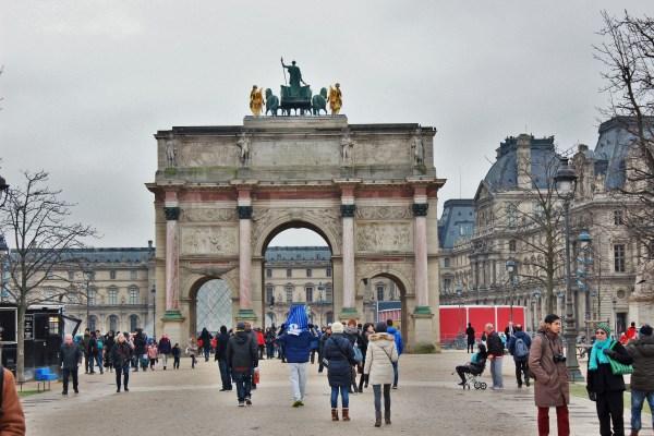 """Este é o """"Mini"""" Arco do Triunfo que fica logo na saída do Museu do Louvre (se olhar ao fundo verá o museu)."""