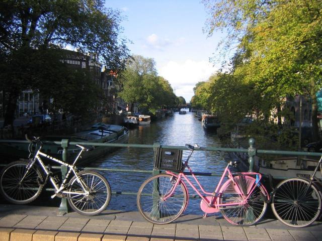 Dicas de viagem Amsterdã_canal_Viajando bem e barato