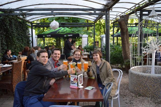 Cerveja artesanal com amigos polacos