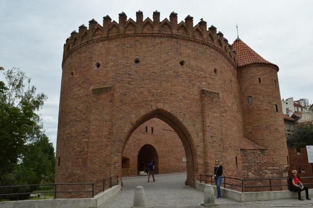 Polônia_Portão de entrada da antiga muralha do centro histórico de Varsóvia_Viajando bem e barato pela Europ