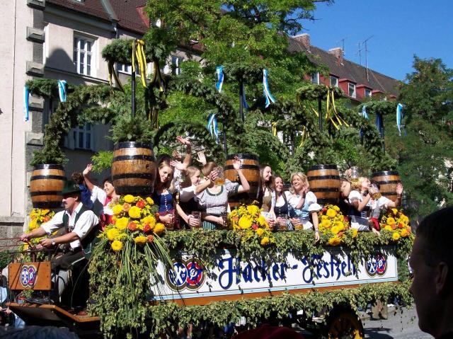 Dicas para curtir a Oktoberfest na Alemanha_passeata_Viajando bem e barato