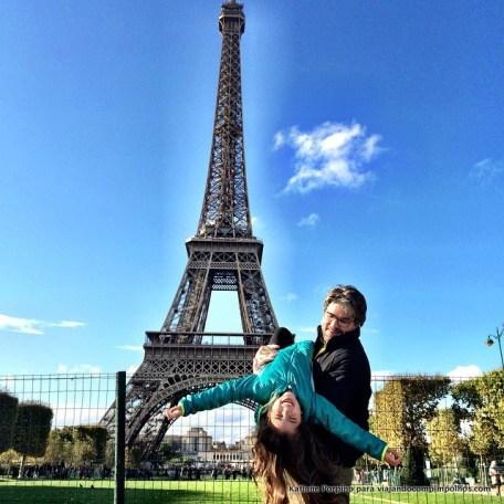 Torre Eiffel com crianças