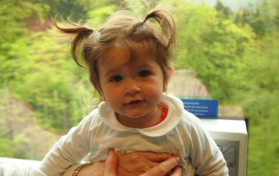 Viajando en el tren panorámico Golden Pass de Lucerna a Brienz con bebé