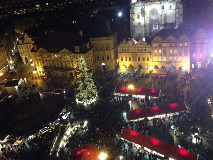 Vistas nocturnas de Praga en Navidad