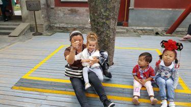 Fotos con la niña en el Palacio de Verano