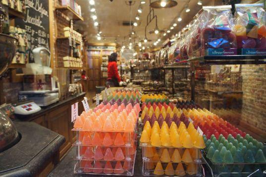 Escaparate tienda de chocolates brujas