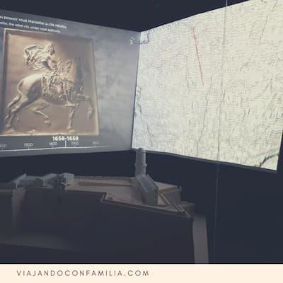 Foto de la pantalla del audiovisual donde exponen sobre la historia del Fuerte Saint Jean