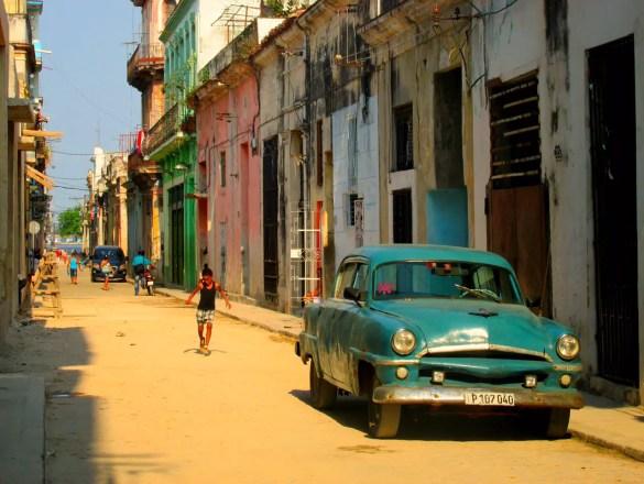 Cuba suena a reggaetón en un carro modelo 1950.