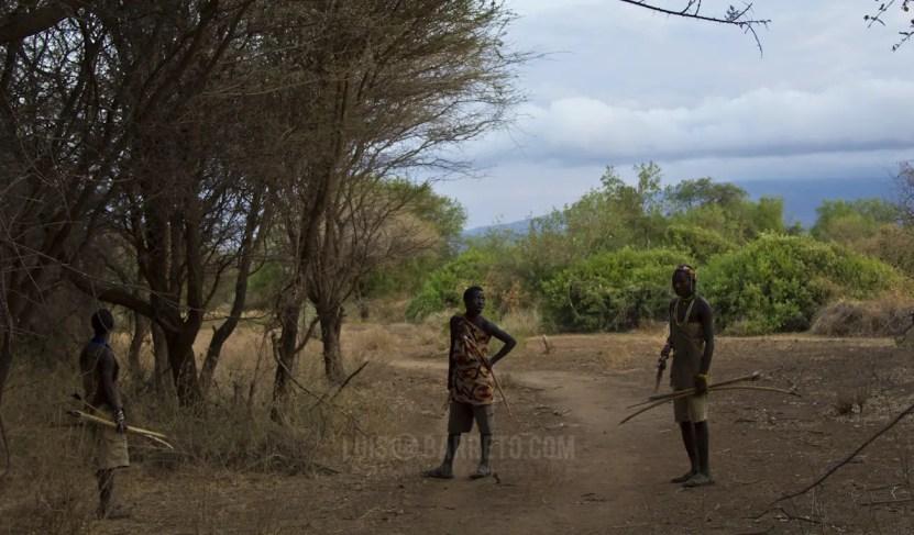 viajando-por-tanzania-tribus3-cazando