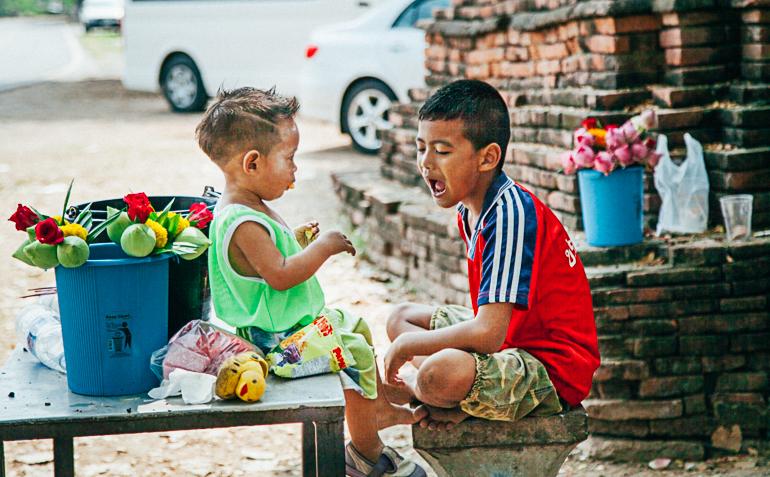 crianças em Ayutthaya
