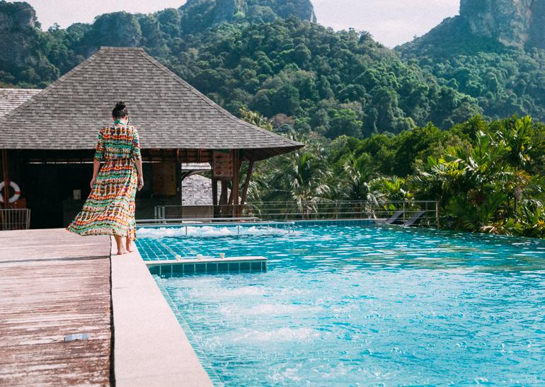 Railay Princess Resort & Spa - piscina e bar ao fundo