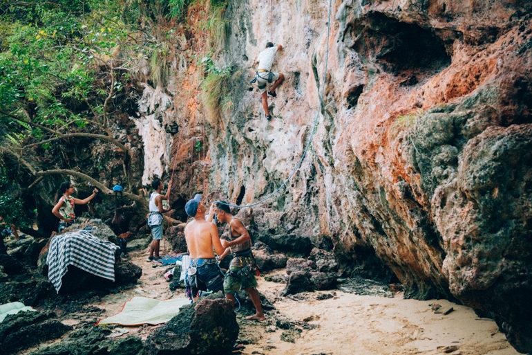 Pessoal escalando os paredões de Railay Beach