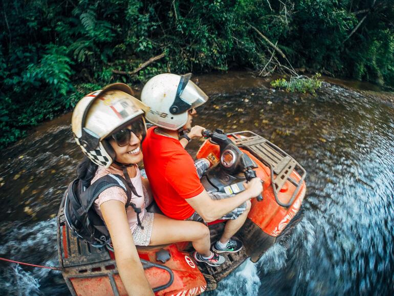 passando pelo rio com o quadricíclo