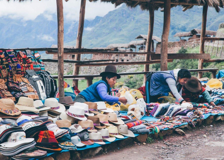 Vendedoras na porta do sítio arqueológico de Pisac   Roteiro em Cusco