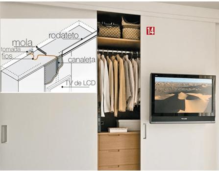 tv fixada na porta do armario guarda roupa