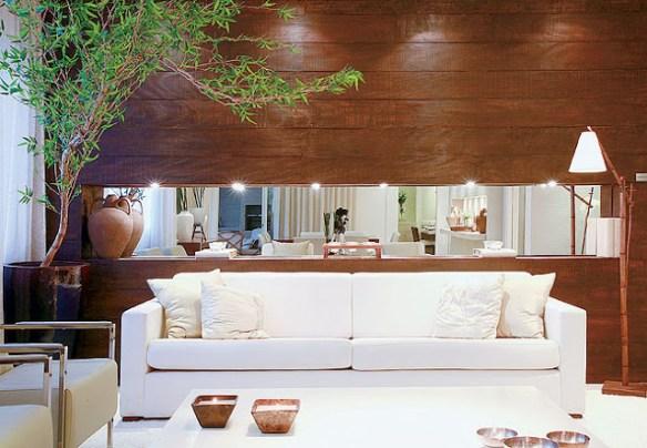 nicho-em-madeira atras do sofa