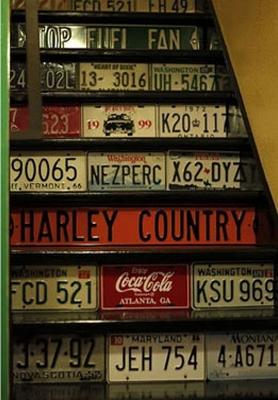 escada decorada com placas de carro