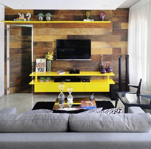 sala-de-tv-rack-amarelo-prateleira-amarela-painel-madeira-o-que-colocar-sobre-o-rack
