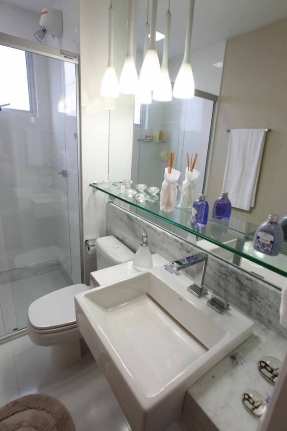 bancada marmore prateleira vidro acima bancada banheiro