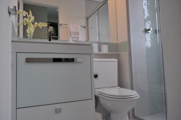 banheiro detalhes pastilhas decoracao neutra clean